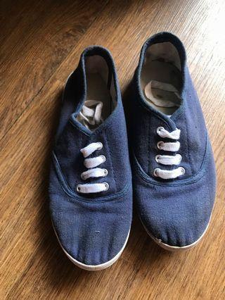 Sepatu tali sport biru