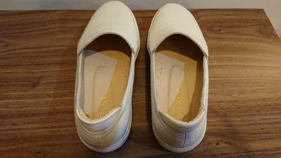 🚚 G.Ms. Q彈牛皮素面顯瘦厚底小白鞋 懶人鞋