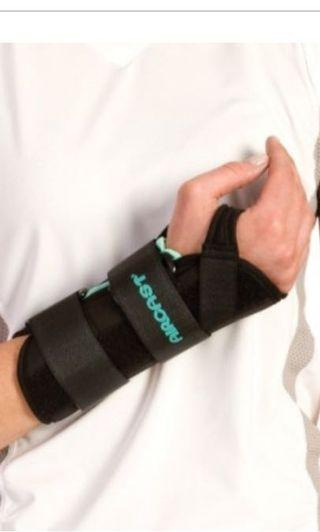 Aircast A2 Wrist brace for an injured arm (M size, right wrist)