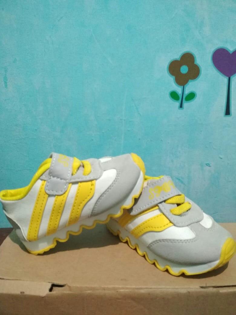 Sepatu sport bayi