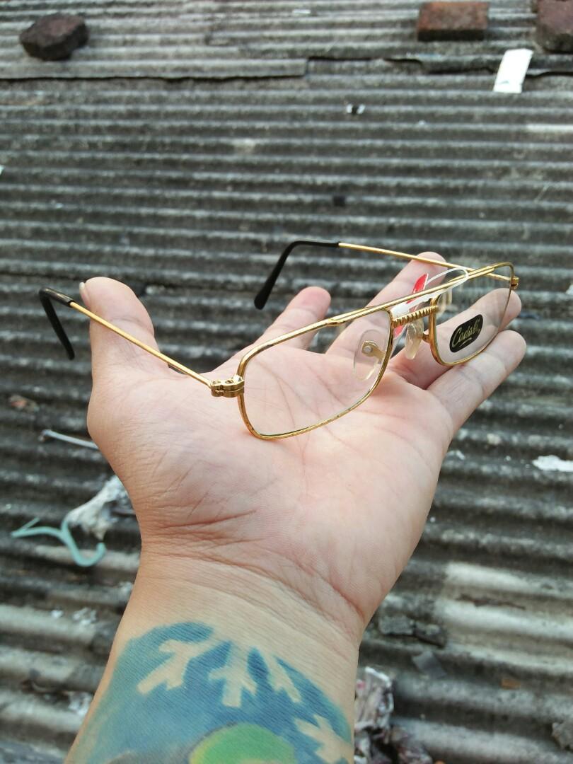Vintage Sunglasess 80s Brand: Cadali Rare (Limited edition)  Vintage authentic Kondisi: new old stock/kondisi baru hanya stock lama(masih menempel stiker bandrol barunya) Frame gold(besi kuningan) kombinasi optyle Pad nose empuk