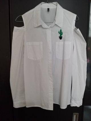 Kemeja putih open shoulder
