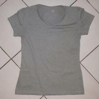 Fitted gray shirt