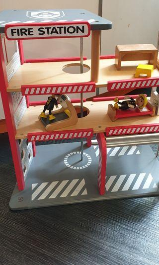 🚚 Fire Station with Figurines