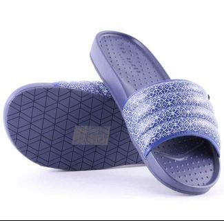 Ted Baker Triston Mens Synthetic Sandals in Dark Blue. Wade into the waves in TRISTON, fitted with a thick, high-grip sole for stony beaches. Awash with swirling white and blue, these stylish flip-flops are dripping with seaside style.