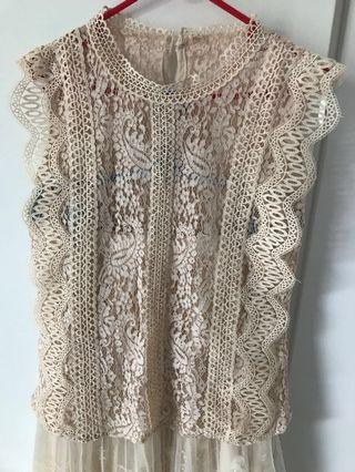 🚚 Pretty feminine yet stylish lace top; comes with nude color inner tank top