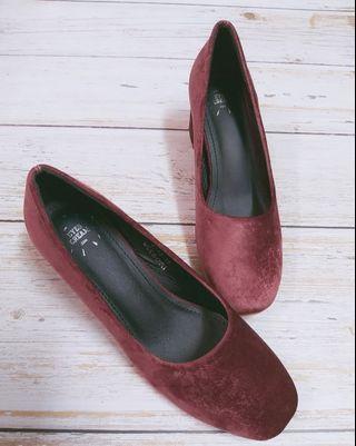 超美酒紅色絨面小方頭低跟鞋