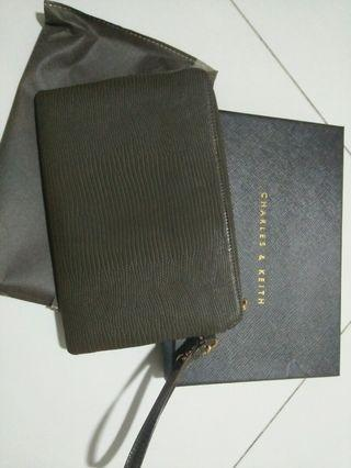 🚚 Charles & keith olive