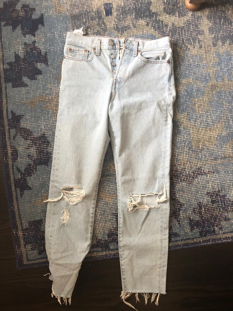 Levi's wedgie kiss off perfect condition size 27 frayed legs