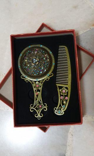 🚚 Bronze mirror and comb gift set