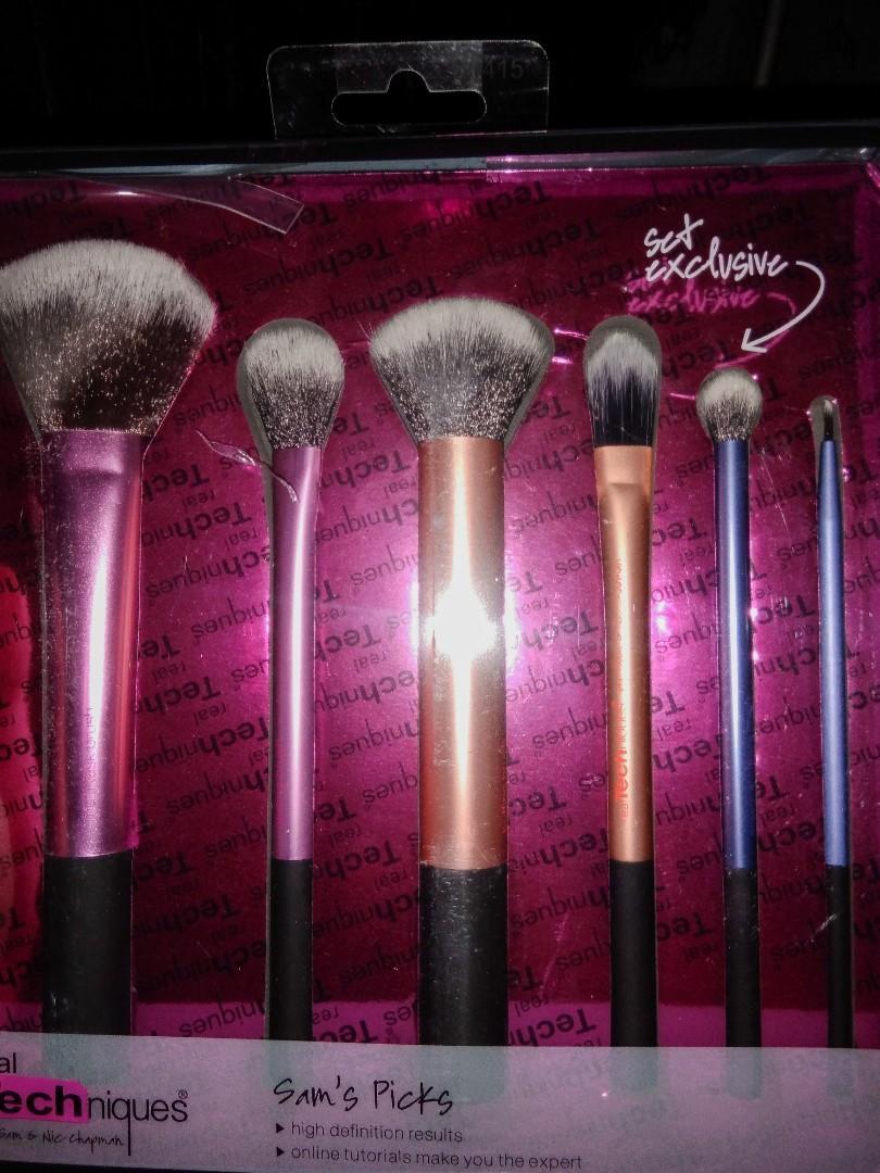 Real Techniques Brush Set Make Up Sam's Picks (AKU KASIH HARGA MURAH BIAR CEPAT KE JUAL, KARNA SAYANG GA KEPAKE DAN DIKELUARGA HANYA AKU YANG SUKA MAKE UP:) DAN AKU UDAH PUNYA BRUSH INI KARNA BELI 2)