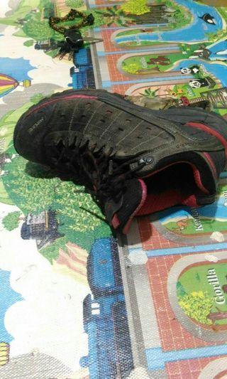 Sepatu gunung