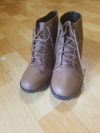 🚚 咖啡色的跟鞋