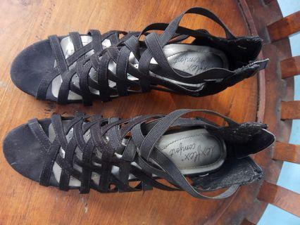 Sepatu Hitam Berjaring