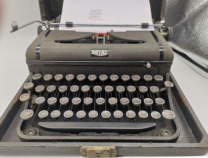 🚚 1940s Royal Typewriter with Case