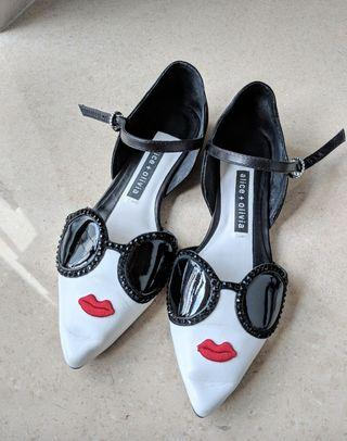 🚚 Alice + Olivia . Leather Flats. Pointed Flat.