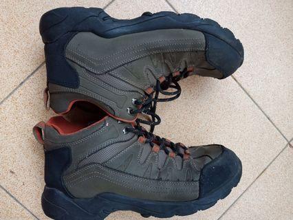 Sepatu hiking #mauthr
