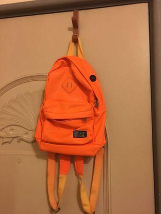 🚚 豬鼻子亮橘色後背包