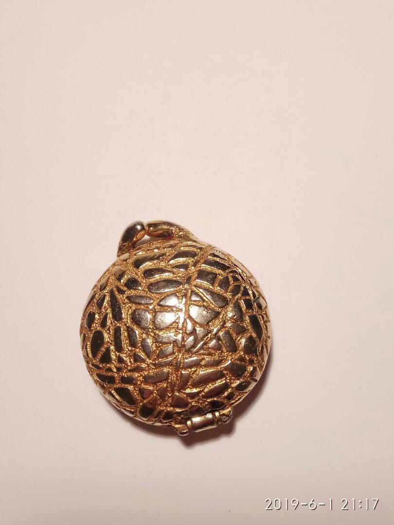 Vintage Houbigant Cobbled Gold Tone Perfume Compact