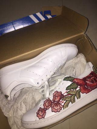 WHITE STAN SMITHS WITH FLOWER EMBROIDERY