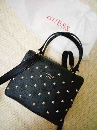GUESS 免稅專櫃購入 質感時尚百搭 滿佈小鉚釘Logo設計 黑色方形手提/拿包 附揹帶(可拆調)