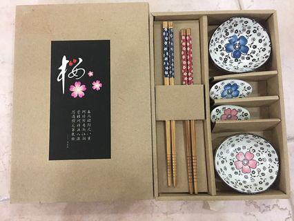 (陶瓷) (快子) (酱盤) (Ceramic) chopsticks.  Sauce dish