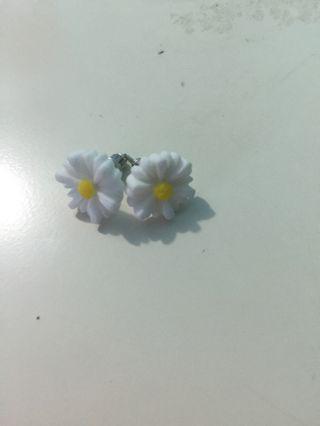 🚚 White flower earrings