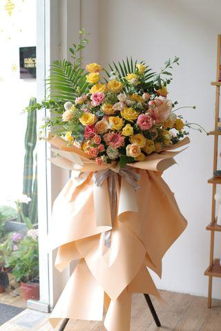 Greeting flower stand