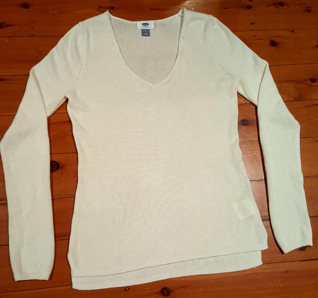 Old Navy Ivory Sweater Knit Top (S) V neck. Great Condition.