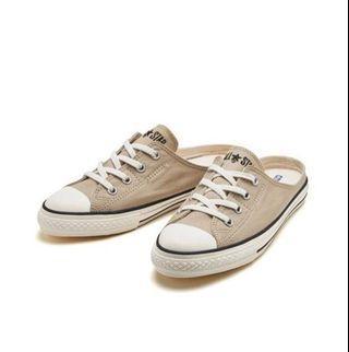 日本限定款all star奶茶色懶人鞋 CONVERSE ALL STAR S MULE SLIP OX 超級好襯 超百搭 #奶茶色  有它等於站在潮流的尖端上 不想輸的女孩們請跟上腳步  懶人鞋的設計,版型鞋頭亦比較尖少少 超百搭 適合直接單穿+搭配各種造型  尺寸:22-25CM