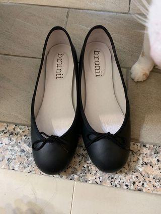 🚚 黑色真皮娃娃鞋brunii