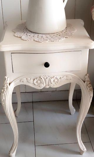 🚚 White/Ivory/Cream French side table