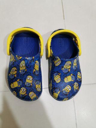 🚚 Crocs Minion Sandals
