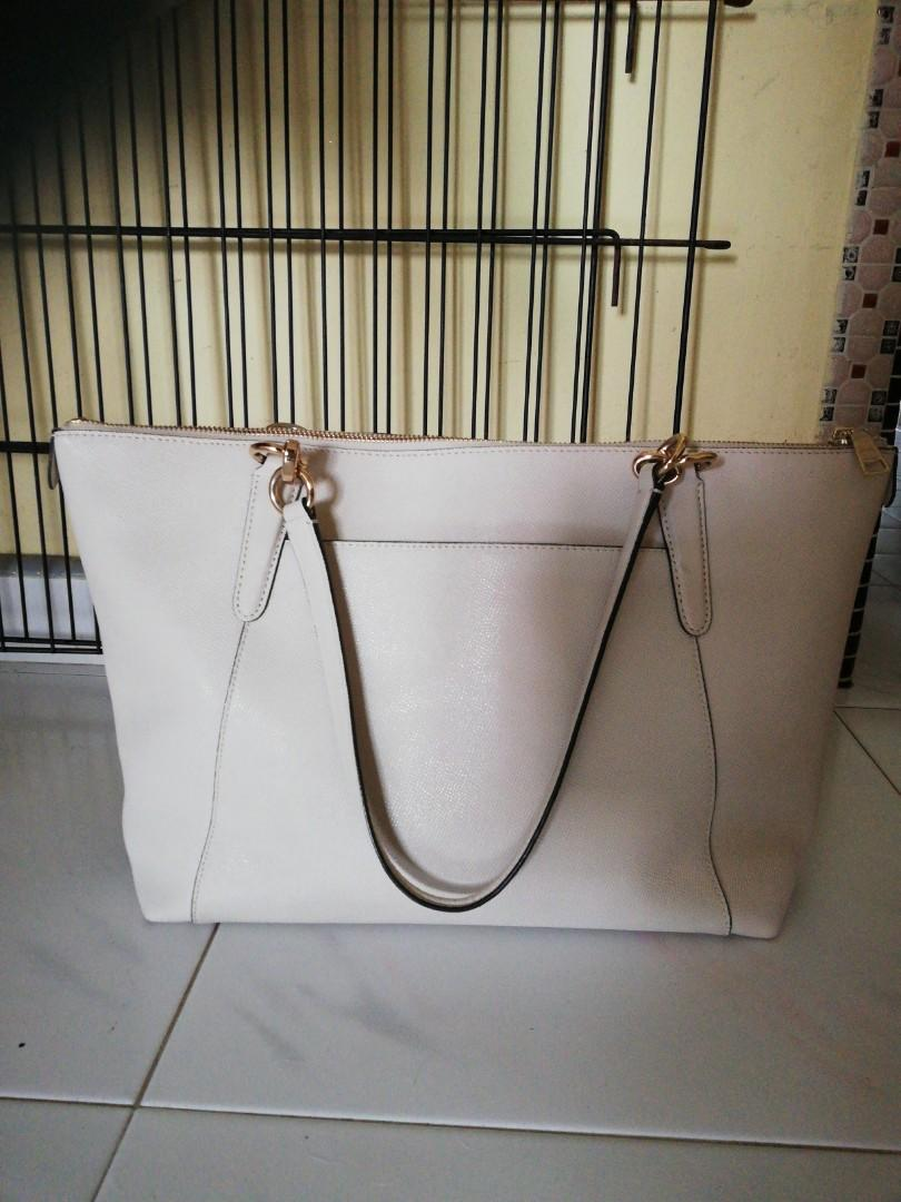 Authentic Coach tote bag ( free delivery)( nego for fast deal)good condition,no crack,no dirt..slight flaw on last,pic(probably come wif it when I bought as me din check)