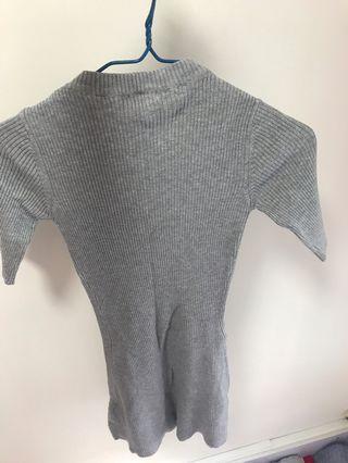 灰色緊身連衣裙