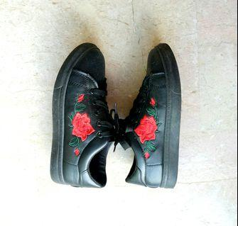 [USED] Rose Embroidered Black Sneakers