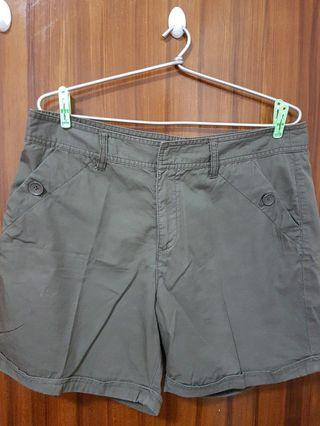 🚚 Olive green shorts