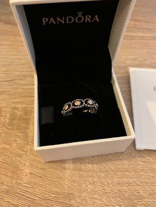 Pandora 粉紅色鋯石純銀古典花環戒指