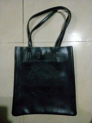 🚚 Black shoulder bag