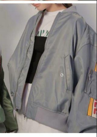 🚚 灰色飛行外套