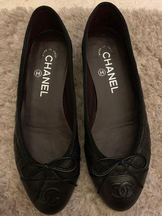 Chanel ballerina flats in black quilted leather. Brand New!