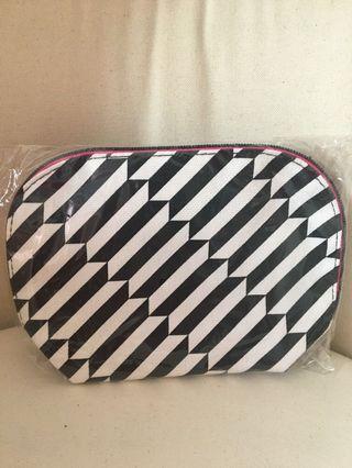 🚚 Black white beauty pouch