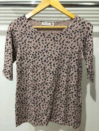 Kaos motif leopard