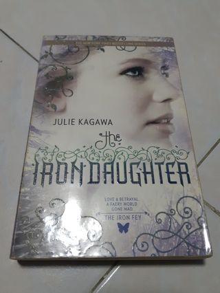 🚚 Iron Fey: The Iron Daughter - Julie Kagawa