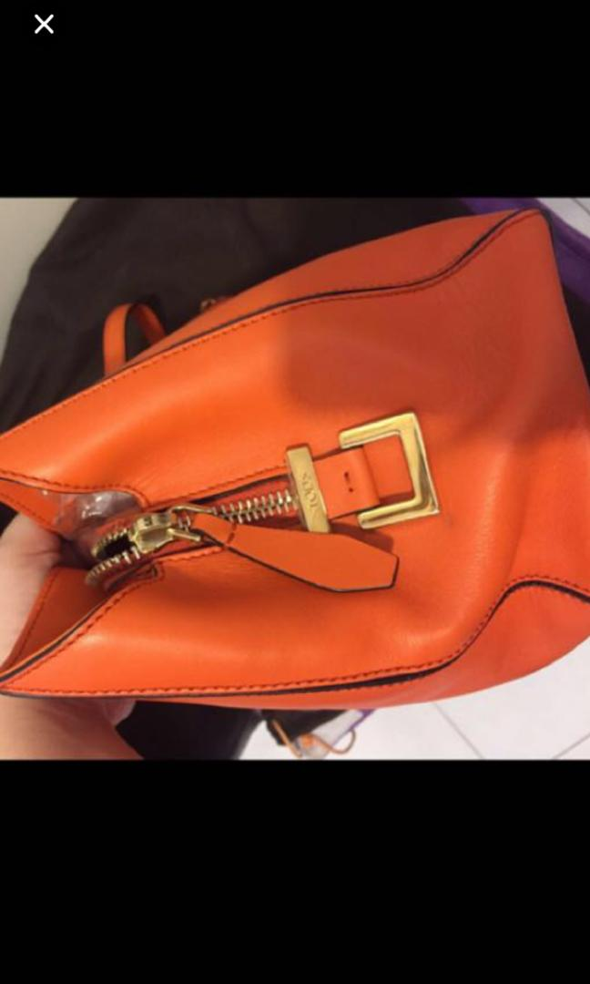 Authentic Tods D-Cube leather 2 way satchel . Seldom use .excellnt condition like new .was bought RM5000+