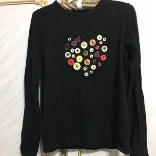 🚚 黑色愛心扣子的可愛長袖T恤(近八成新)便宜出售便宜出售中(肩34cm 胸40.5cm 衣長59cm)