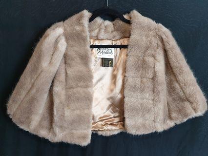 Martin moddel cape faux fur