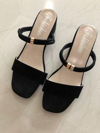 🚚 Black heels