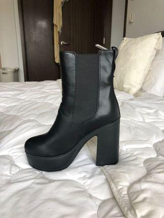 🚚 Black chunky high heel boots
