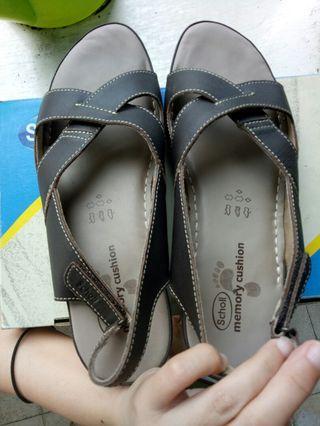 Sepatu sandal scholl